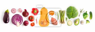 Plakat Kreatywny układ z zielonego groszku, kapusty, słodkich ziemniaków, awokado, pomidorów, cebuli, buraków, pieprzu, bakłażana, karczocha, brokułów i ogórka na białym tle. Pojęcie żywności.