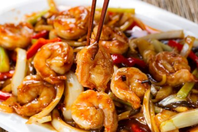 Plakat krewetki curry i papryki na białym talerzu porcji gotowych do spożycia