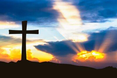 Plakat krzyż sylwetka na góry z promieni słońca nieba.