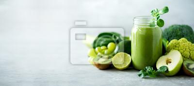 Plakat Kubki szklane słoiki z zielonym smoothie zdrowia, liście kapusty, wapno, jabłko, kiwi, winogrona, banan, awokado, sałata. Skopiuj miejsce. Koncepcja żywności surowej, wegańskiej, wegetariańskiej, alka