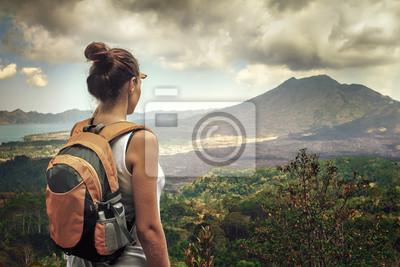 Lady turystycznych z plecak stojących na szczycie góry