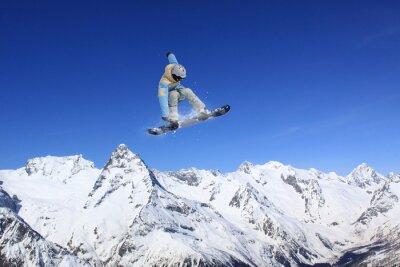 Plakat Latanie snowboarder w górach. Sport ekstremalny.