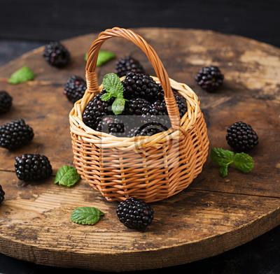 Lato jagód na stole. Koncepcja zdrowego stylu życia, jeżyny w koszyku