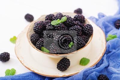 Lato jagód na stole. Koncepcja zdrowego stylu życia, jeżyny w misce.