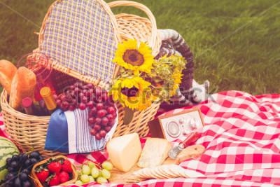 Plakat Letni piknik z koszem jedzenia w parku.