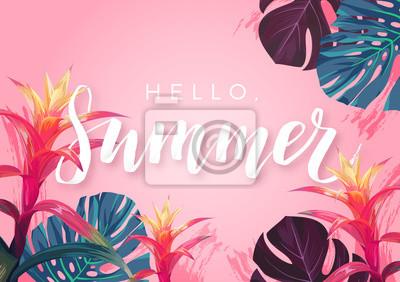 Plakat Letni tropikalny projekt bannera lub ulotki z egzotycznymi liśćmi palmowymi, kwiatami hibiskusa i handletteringiem.