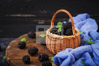 Letnia jagoda na stole. Koncepcja zdrowego stylu życia, jeżyny w koszyku
