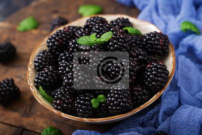 Letnia jagoda na stole. Koncepcja zdrowego stylu życia, jeżyny w misce.