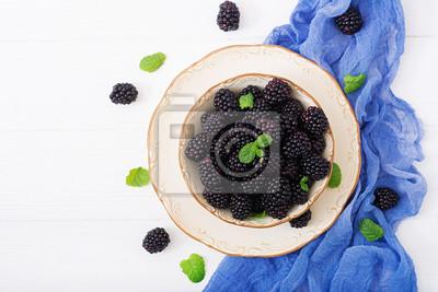 Letnia jagoda na stole. Koncepcja zdrowego stylu życia, jeżyny w misce. Płaskie leże. Widok z góry