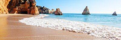 Plakat Letnia piaszczysta plaża (Algarve, Costa Vicentina, Portugalia). Piękny naturalny letni wakacje podróży pojęcie.