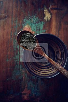 Plakat Liście zielonej herbaty (proch) na drewnianą łyżką herbaty
