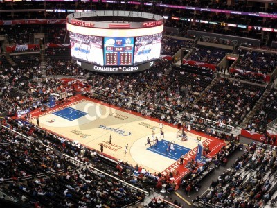Plakat LOS ANGELES, NOVEMBER 25: Clippers vs. Kings: Clippers Blake Griffin holds ball up looking for someone to pass to as other play try to get open at Staples Center taken November 25 2010 Los Angeles Cal