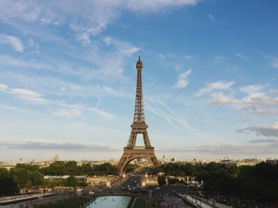 Plakat Low Angle View Of Eiffel Tower Against Cloudy Sky