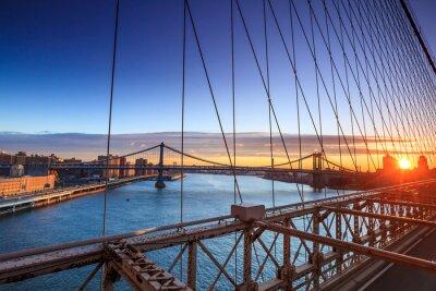 Plakat Lower Manhattan przez Brooklyn Bridge na zachodzie słońca, New York City