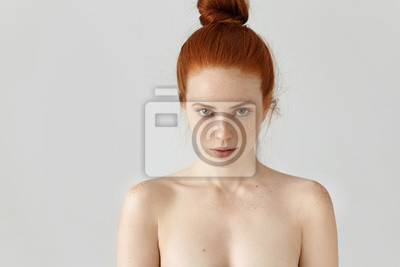 Plakat Ludzie, młodzież i piękno. Izolowane portret atrakcyjnych młodych kobiet rasy kaukaskiej z włosia imbiru węzeł stwarzających topless kryty, o piegi na całej jej twarzy i ramion, patrząc na kamery