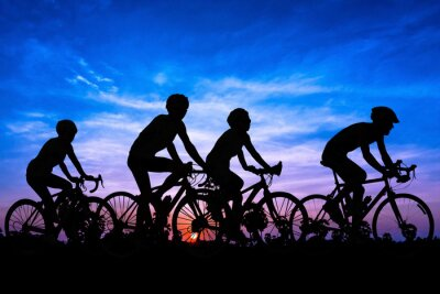 Plakat Ludzie rowerowe na wzgórzu góry