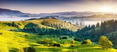 Plakat Majestic zachód słońca w krajobrazie gór. Dramatyczne niebo. Karpacki, Ukraina, Europa. Piękno świata.