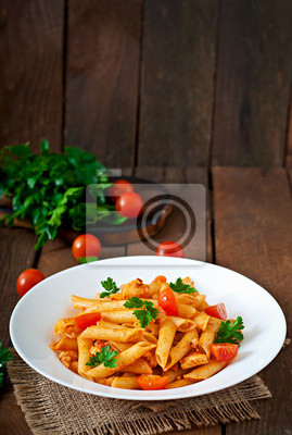 Makaron penne w sosie pomidorowym z kurczakiem, pomidorami