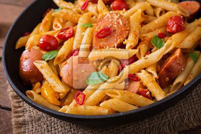 Makaron penne z pomidorami i kiełbasą