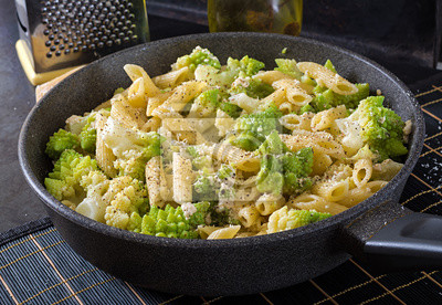Makaron Penne z Romanesco z kapustą na czarnym stole. Jedzenie wegetariańskie. Włoskie menu.