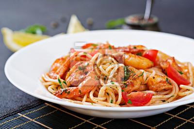 Makaron spaghetti z krewetkami, pomidorem i pietruszką. Zdrowy posiłek. Włoskie jedzenie.