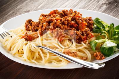 Plakat Makaron z mięsa, sosem pomidorowym i warzywami