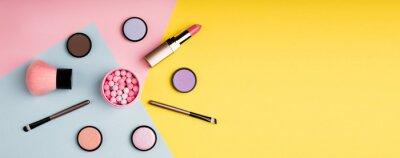 Plakat Makeup produkty i dekoracyjni kosmetyki na koloru tła mieszkaniu nieatutowym. Koncepcja blogowania o modzie i urodzie. Długi format internetowy dla banerów