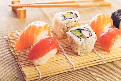 Plakat Maki Sushi ustawiony na drewnianym tle