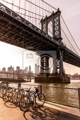 Plakat Manhattan Bridge in New York City seen from Brooklyn Bridge Park