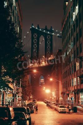 Plakat Manhattan Bridge widziana z ulicy w nocy