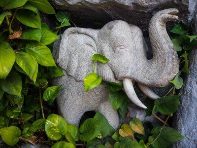 Plakat Marmur posąg słonia w ogrodzie.