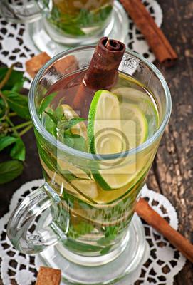 Marokańska herbata z mięty, limonki i cynamonem