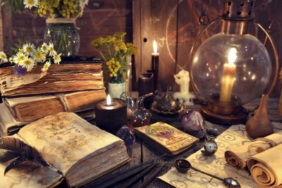 Plakat Martwa natura ze staromodną lampą, magicznymi książkami czarownic, kartami tarota i starymi papierami. Mistyczne tło z rytualnymi obiektami ezoterycznymi, okultyzmem, wróżeniem i koncepcją halloweenow