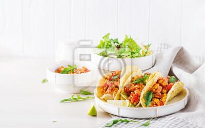 Meksykańskie tacos z kurczakiem, sosem kukurydzianym i pomidorowym. Kuchnia latynoamerykańska. Taco, tortilla, opakowanie.