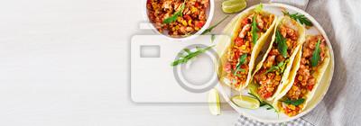 Meksykańskie tacos z kurczakiem, sosem kukurydzianym i pomidorowym. Kuchnia latynoamerykańska. Taco, tortilla, opakowanie. Transparent. Widok z góry. Leżał płasko