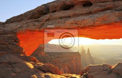 Mesa Arch Sunrise w Canyonlands Parku Narodowego USA.