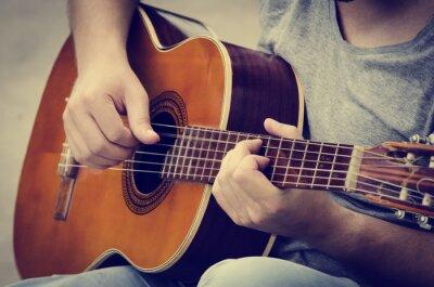 Plakat Mężczyzna gra na gitarze