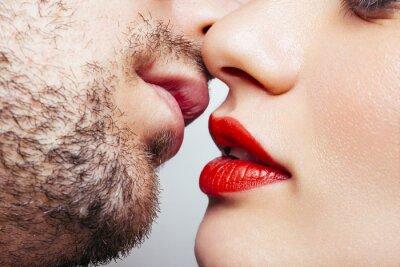 Plakat Mężczyzna i kobieta chce całować usta