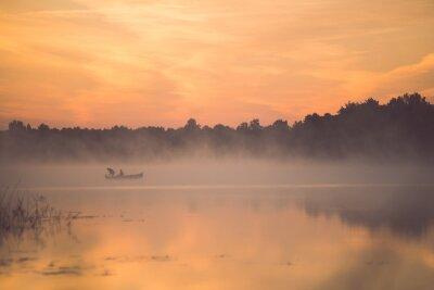 Plakat Mglisty poranek na jeziorze country z łodzi - zabytkowe efekt