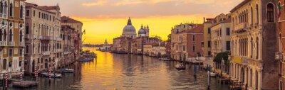 Plakat Miasto Wenecja i kanał z widokiem na panoramę sunrise
