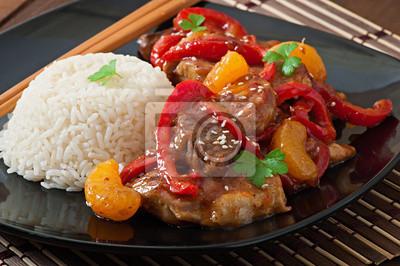 Mięso w pikantnym sosie, papryka słodka i mandarynki z garnis
