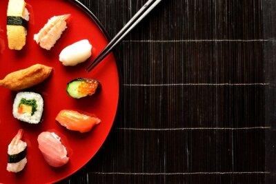 Plakat Mieszane sushi pałeczkami półmisek