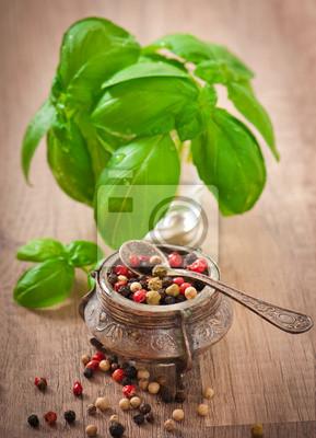 mieszanina grochu pieprz w starych bowl i liści bazylii