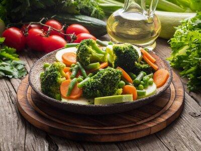 Plakat Mieszanka warzyw gotowanych, warzyw na parze do dietetycznej diety niskokalorycznej. Brokuły, marchewki, kalafior, widok z boku.