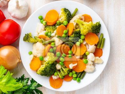 Plakat Mieszanka warzyw gotowanych, warzyw na parze do dietetycznej diety niskokalorycznej. Brokuły, marchewki, kalafior, widok z góry