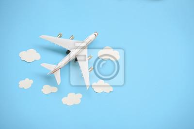 Plakat Mieszkanie nieatutowy projekt podróży pojęcie z samolotem i chmurą na błękitnym tle z kopii przestrzenią.