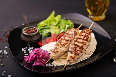 Minced Lula Kebab z grilla z indyka (kurczak) ze świeżymi warzywami.