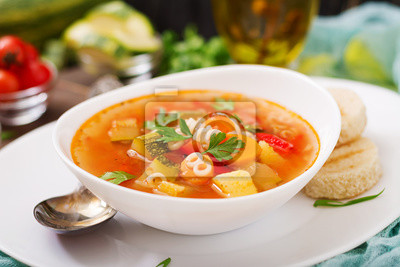 """Minestrone - """"duża zupa"""", zupa z wieloma dodatkami - danie kuchni włoskiej, lekka sezonowa zupa jarzynowa z makaronem."""