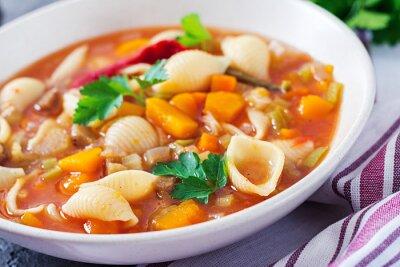 Minestrone, włoska zupa jarzynowa z makaronem na stole. Wegańskie jedzenie