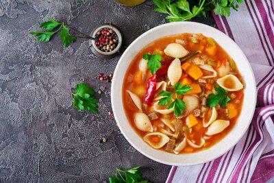 Minestrone, włoska zupa jarzynowa z makaronem na stole. Wegańskie jedzenie. Widok z góry